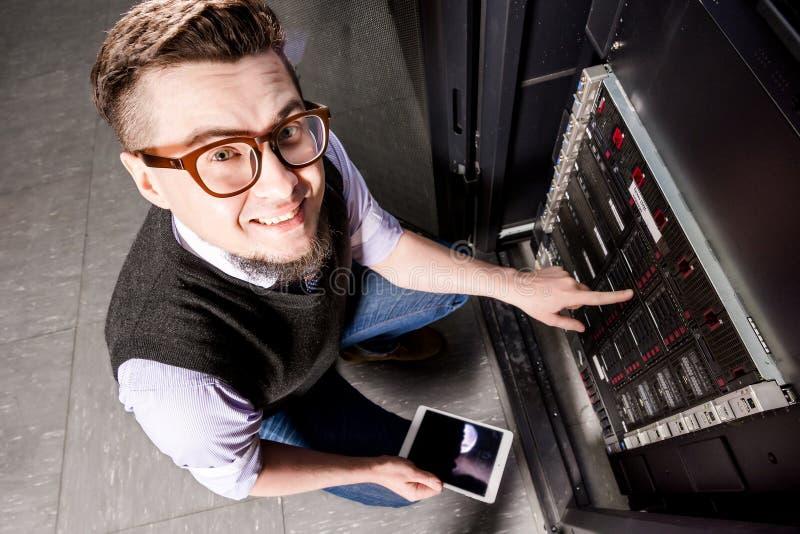 datacenter的年轻工程师 库存图片