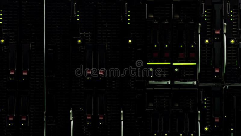 Datacenter moderno com luzes, armazenamento remoto da informação, cremalheiras do servidor imagem de stock