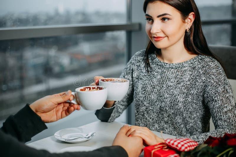 Datación joven feliz de los pares en el restaurante Celebrati del día de San Valentín imagenes de archivo