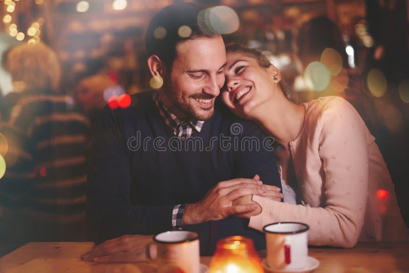 Datación romántica de los pares en pub fotos de archivo libres de regalías