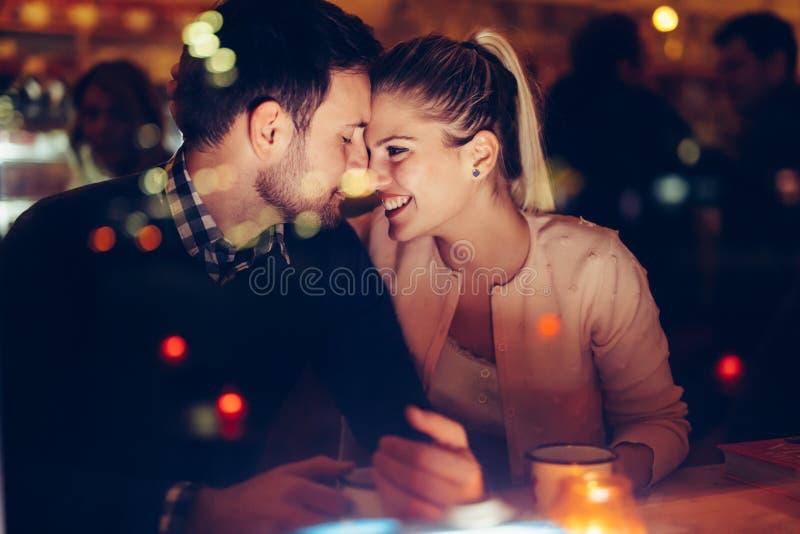 Datación romántica de los pares en pub en la noche imagen de archivo libre de regalías