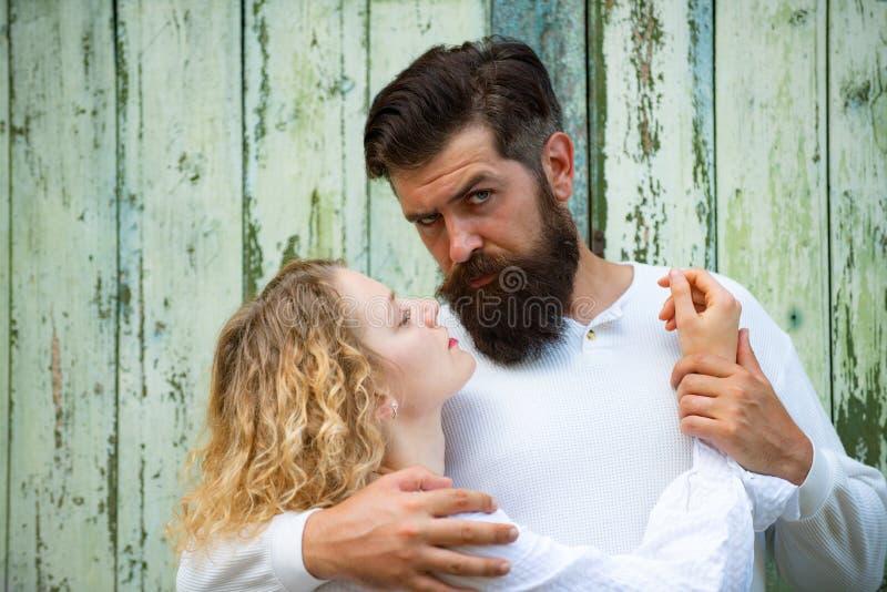 Datación y amor de la pasión El amante blando joven goza el tocar de la piel suave de la señora atractiva sensual Muchacha sensua imágenes de archivo libres de regalías