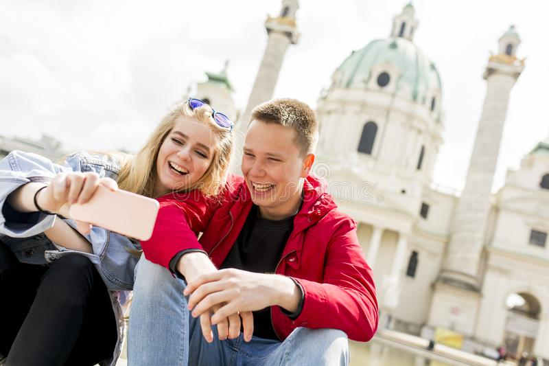 Datando os pares novos felizes no amor que toma o pH do autorretrato do selfie imagem de stock