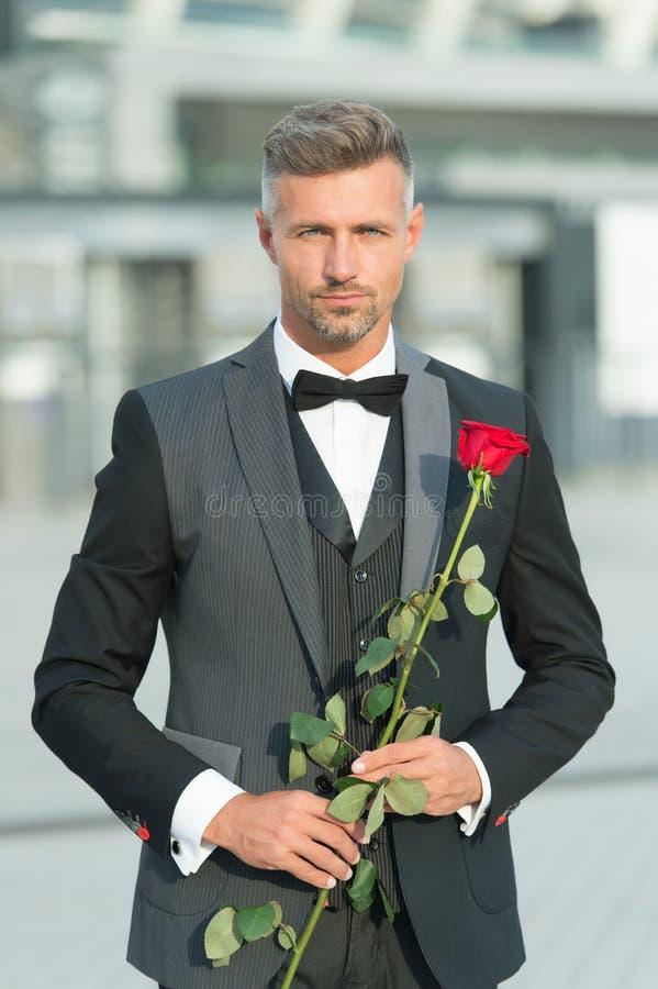 Datando servi?os Como ser romântico Conceito do perfeccionista Cavalheiro rom?ntico Macho seguro maduro do homem com romântico fotos de stock