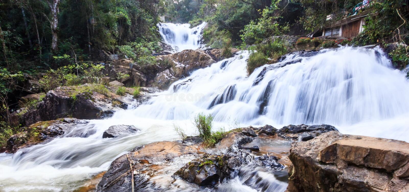 Datanla瀑布美好的自然全景小瀑布视图,在大叻市附近,越南,亚洲 免版税库存照片