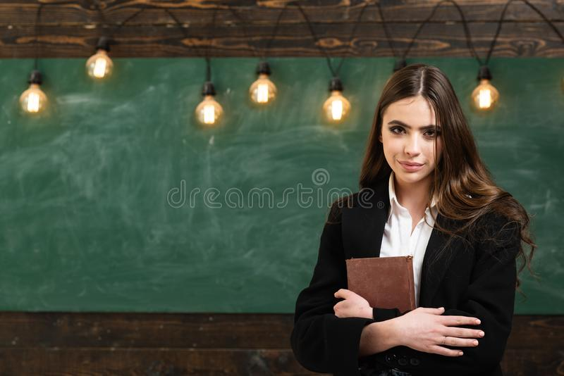 datar Estudante novo na classe Li??es da escola De primeiro grau Primeiro amor na escola Adolescente bonito novo na sala de aula imagens de stock