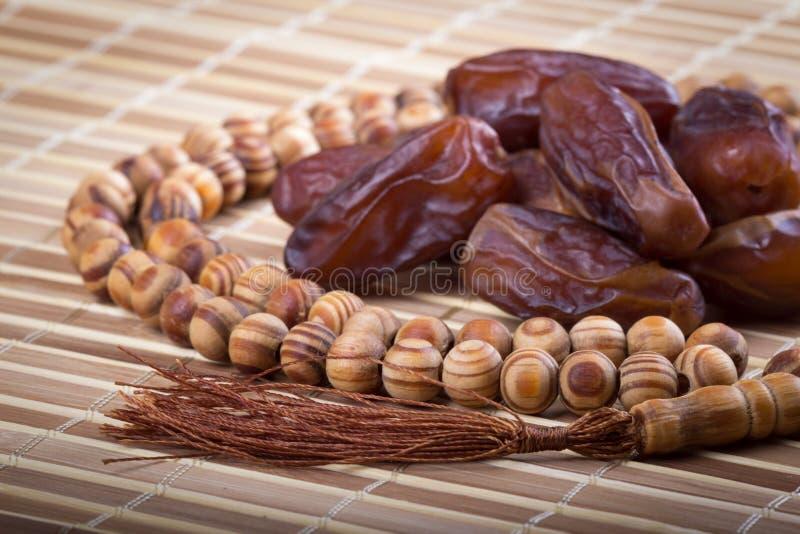 Datas e grânulos de oração muçulmanos no matting imagens de stock royalty free