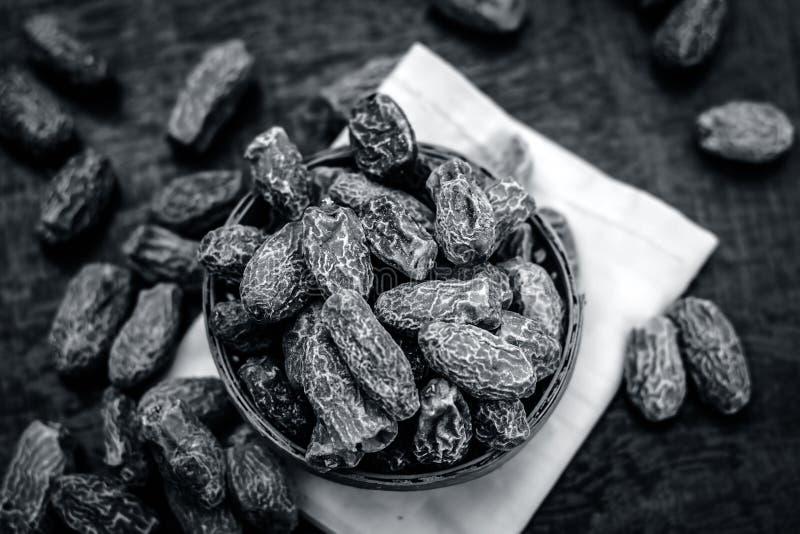 Datas secadas ou Kharek em uma cesta igualmente conhecida como dactylifera de Phoenix servido como um edulcorante com almoço imagens de stock