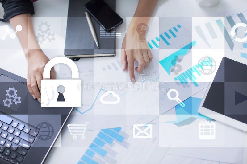 Dataskydd och cybersäkerhetsbegrepp på den faktiska skärmen arkivfoton