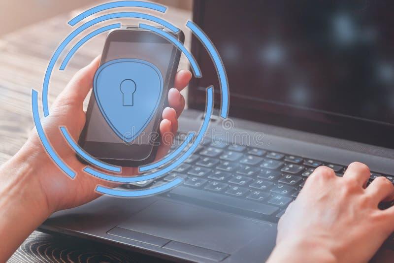 Dataskydd och viktig information om säkerhet i din mobiltelefon, kvinnahand genom att använda smartphonen arkivfoto