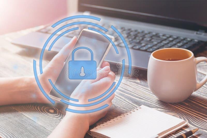 Dataskydd och viktig information om säkerhet i din mobiltelefon, kvinnahand genom att använda smartphonen royaltyfri foto