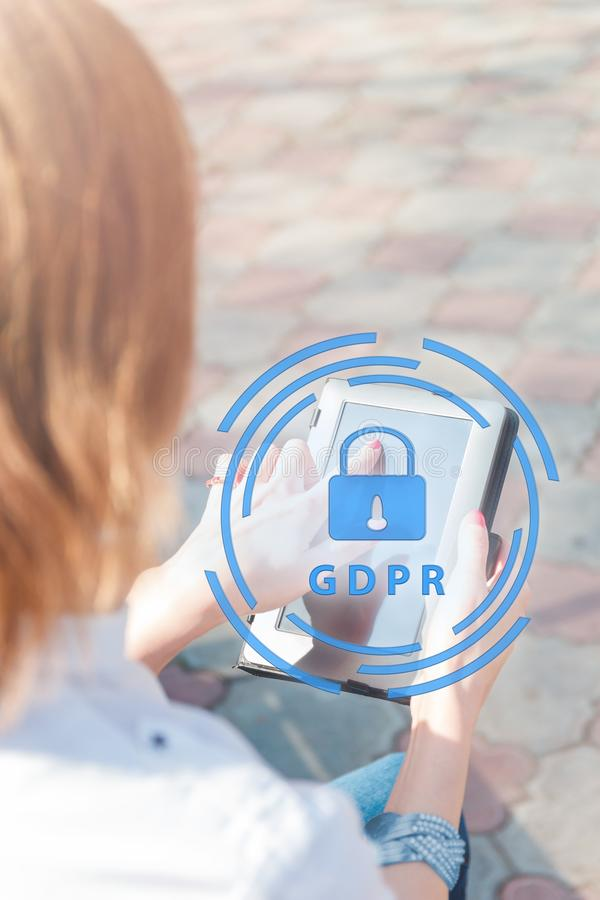 Dataskydd och viktig information om säkerhet i din mobiltelefon, kvinnahand genom att använda smartphonen royaltyfria bilder