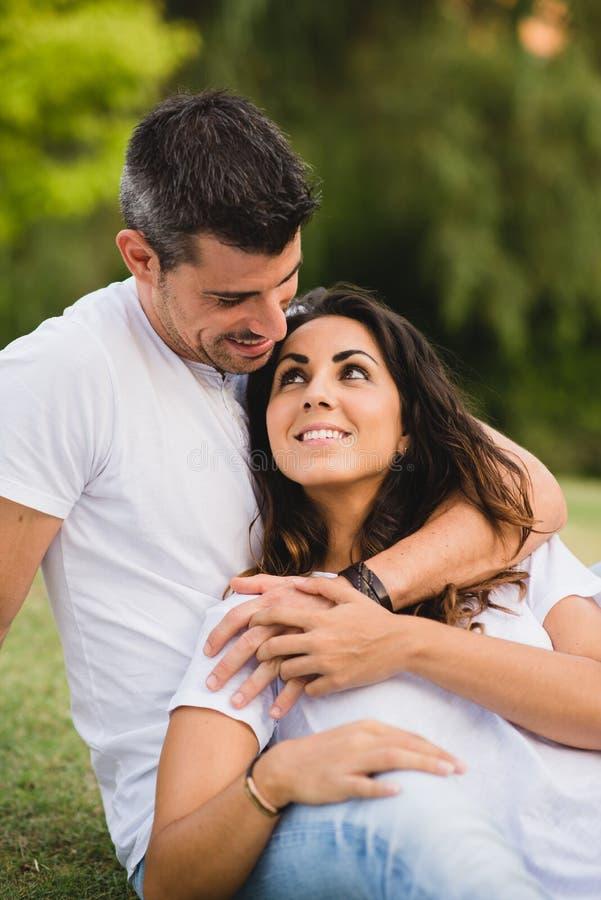 Datation affectueuse affectueuse de couples au parc photographie stock libre de droits