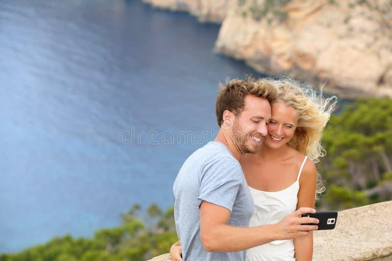 Datazione delle coppie di viaggio che prendono l'immagine della foto del selfie fotografia stock
