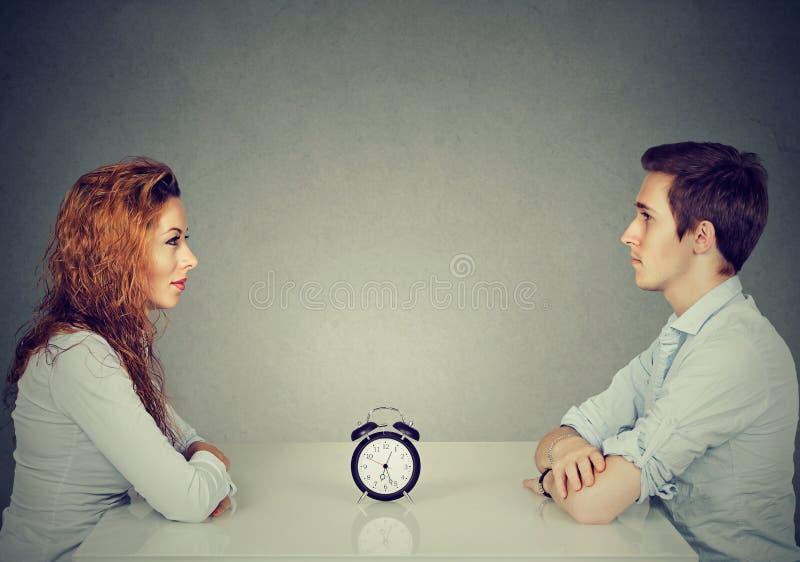 Datazione di velocità Donna dell'uomo che si siede attraverso l'uno dall'altro alla tavola immagini stock