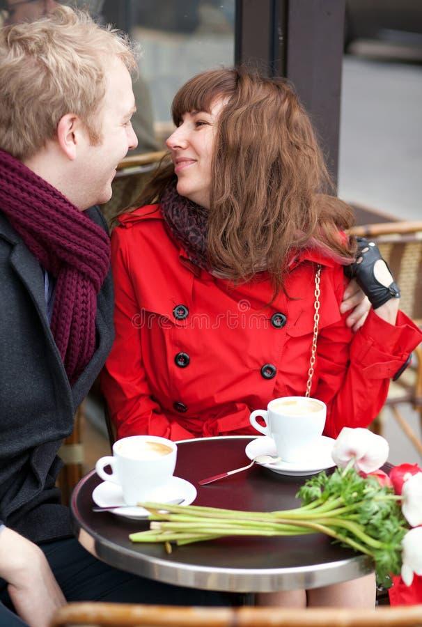 Datazione felice delle coppie in caffè parigino fotografia stock