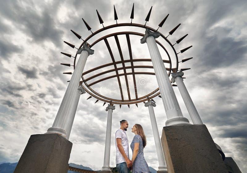 Datazione felice delle coppie nel parco fotografie stock