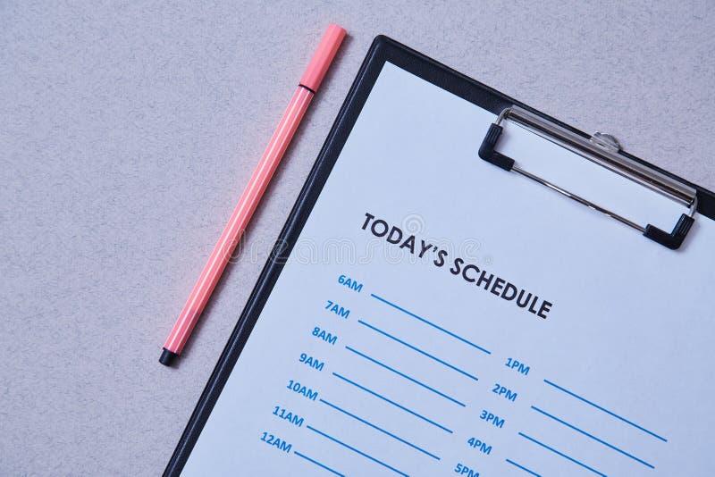 Date-butoir de gestion du temps et concept de programme : feuille et stylo de programme sur le fond gris image stock