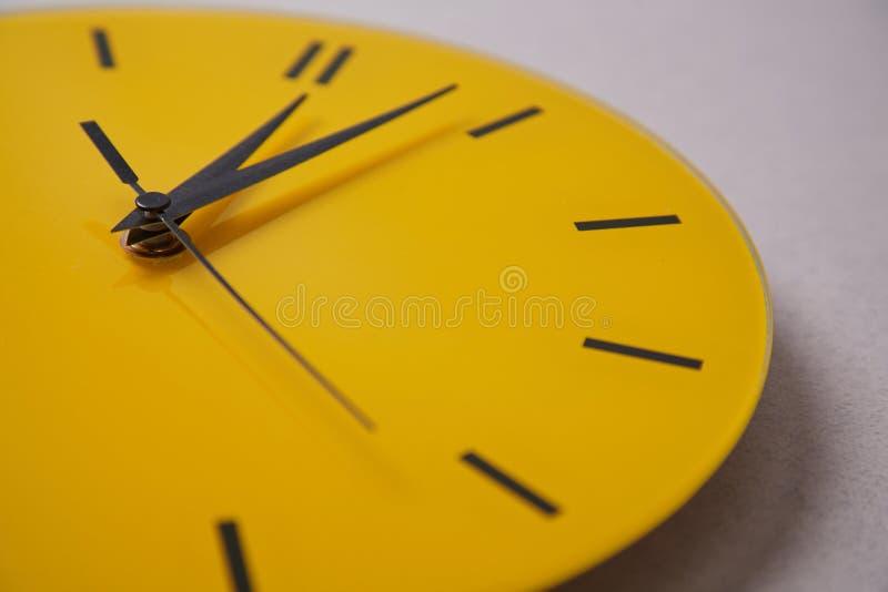 Date-butoir de gestion du temps et concept de programme : horloge jaune Fin vers le haut photo stock