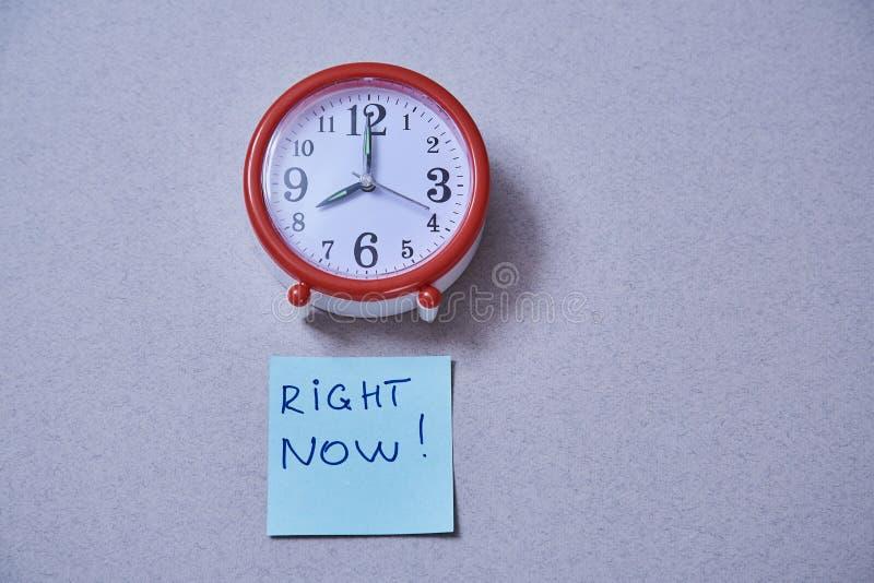 Date-butoir de gestion du temps et concept de programme : réveil et autocollants avec différentes inscriptions photo stock