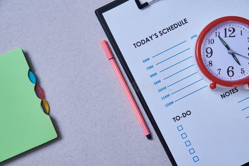 Date-butoir de gestion du temps et concept de programme : réveil sur le fond du programme photographie stock