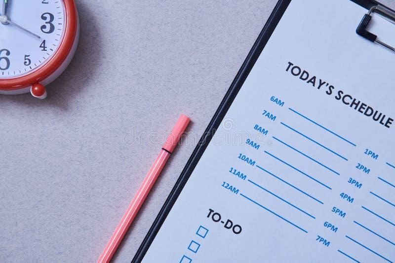 Date-butoir de gestion du temps et concept de programme : réveil sur le fond du programme photo stock