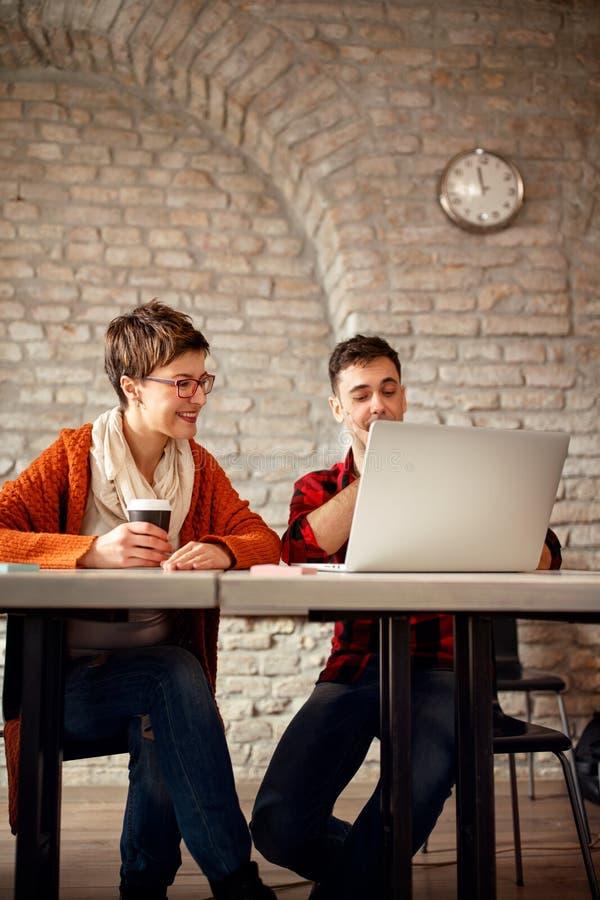 Date-butoir sur les couples fonctionnants de concepteur de conception fonctionnant tard aux élém. photos stock