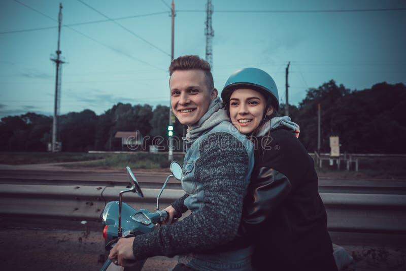 Date de deux amants Les adolescents montent un vélomoteur autour de la ville Un couple affectueux passe des vacances ensemble Eur photographie stock