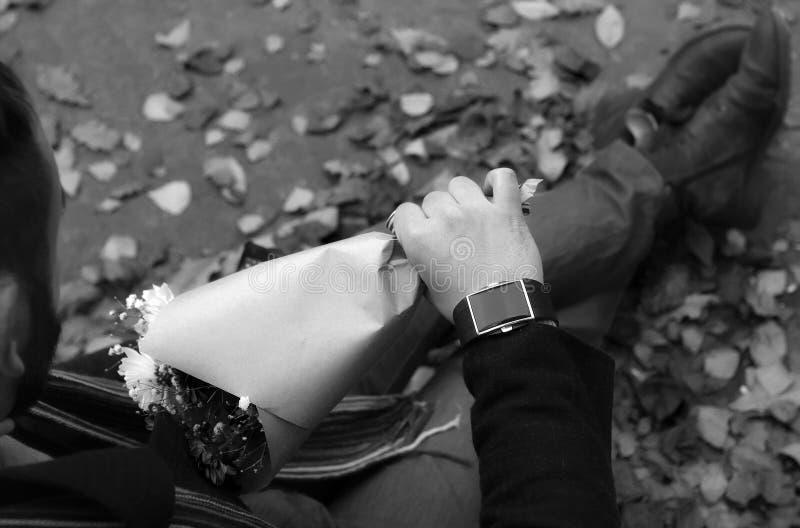 Date em um amante do parque que espera em um banco na neve imagem de stock royalty free