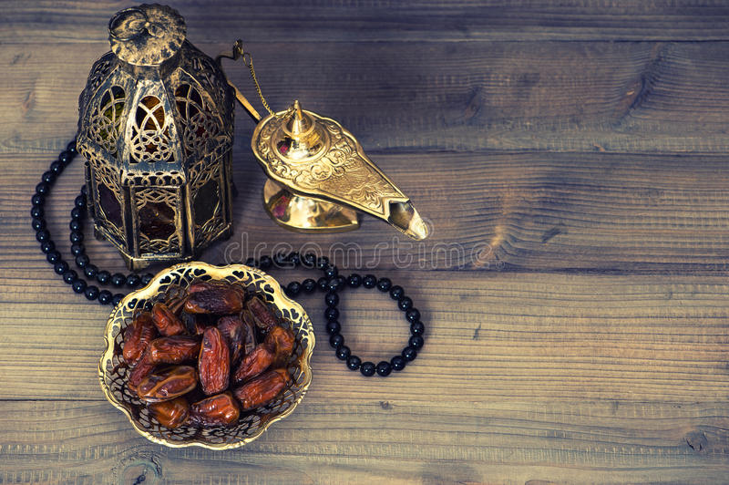 Date, lanterna araba e rosario Decorazione di Ramadan fotografia stock