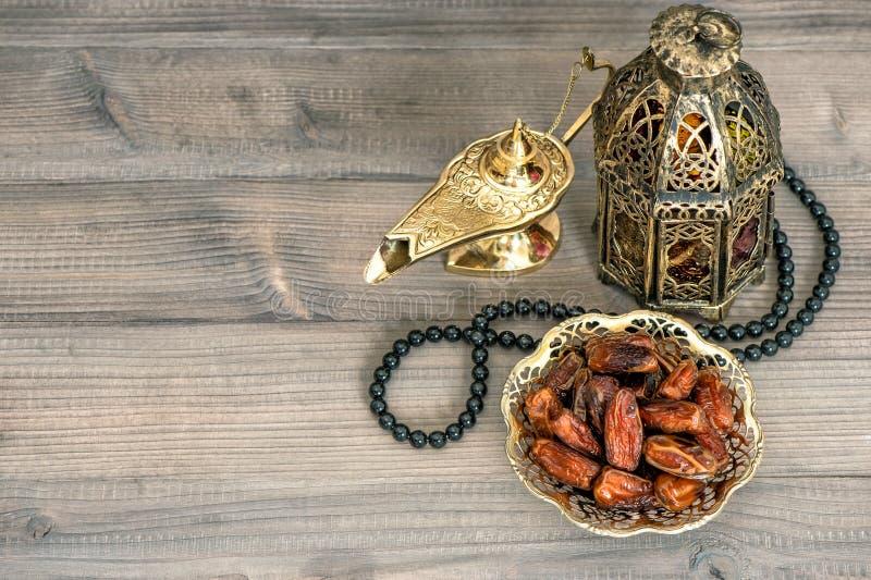 Date, lanterna araba e rosario Eid Mubarak fotografie stock