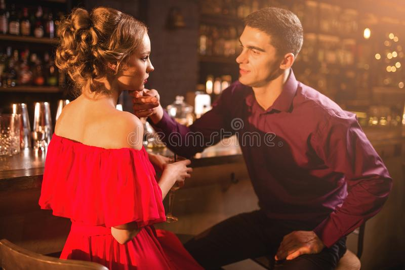 Date romantique dans le restaurant, couples au compteur de barre image stock