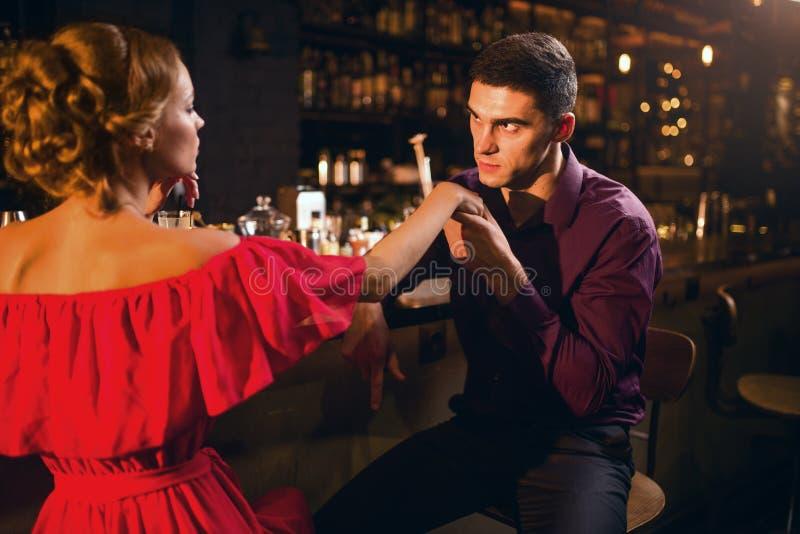 Date romantique dans le restaurant, la femme flirte avec l'homme images libres de droits