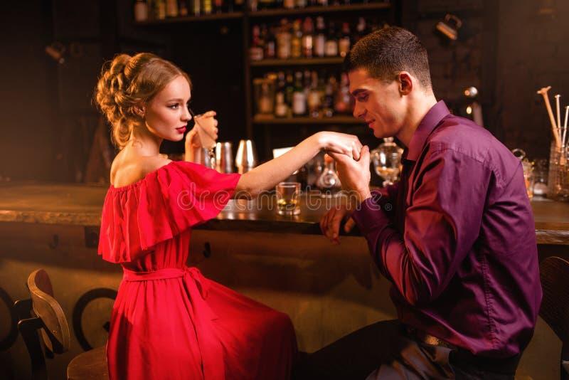 Date romantique dans le restaurant, la femme flirte avec l'homme photographie stock
