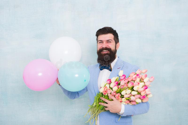 Date romantique de monsieur Salutations d'anniversaire Fleurit la livraison Pour quelqu'un sp?cial Noeud papillon barbu de costum image stock