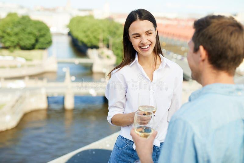 Dateert het drinken wijn stock foto