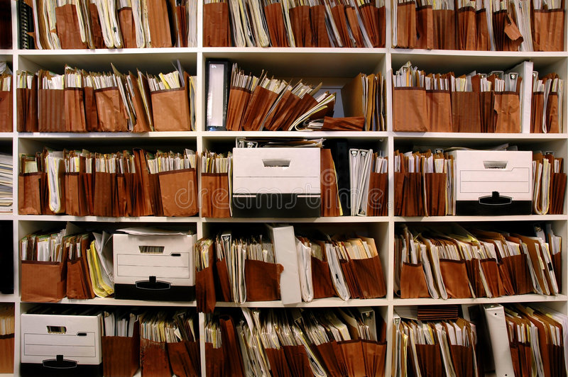 Dateien auf Regal lizenzfreies stockfoto