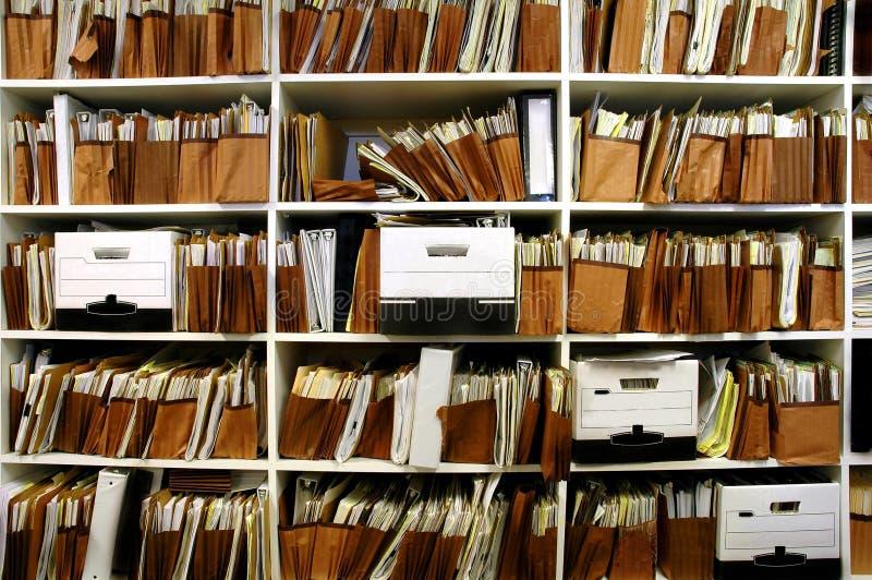 Dateien auf Regal stockbild