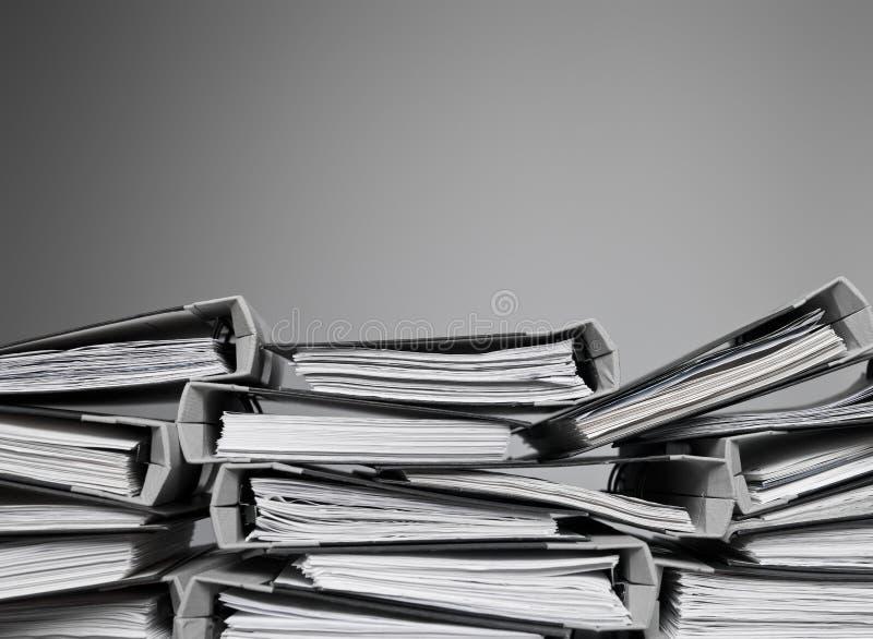 Dateien gestapelt auf einem Schreibtisch stockbild