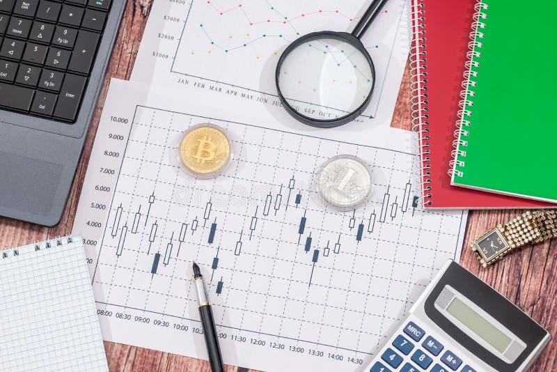 Daten bezüglich der Diagramme und der Diagramme mit Laptop und Notizblock auf Schreibtisch stockfotografie