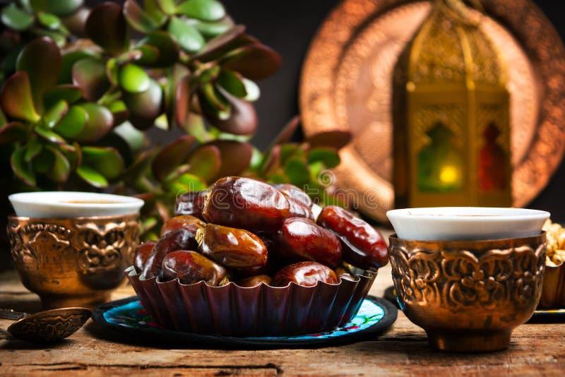 Daten dienten mit Kaffee in der arabischen Artanordnung stockfoto