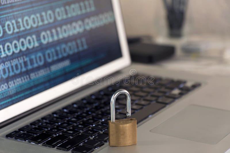 Daten-Schutzkonzept - Laptoptastatur mit Vorhängeschloß, binäres DA stockfoto