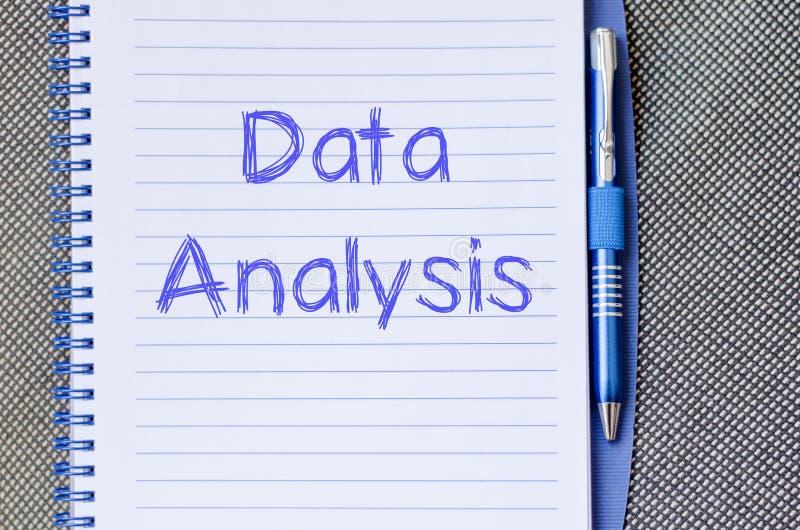 Datenanalyse schreiben auf Notizbuch stockbilder