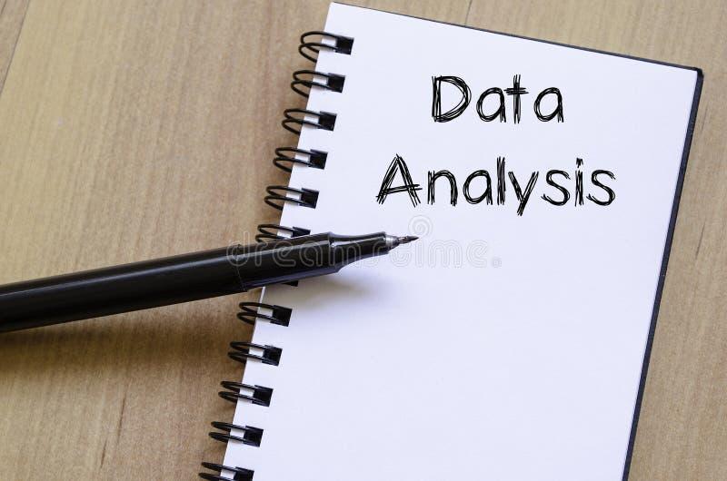 Datenanalyse schreiben auf Notizbuch lizenzfreies stockbild