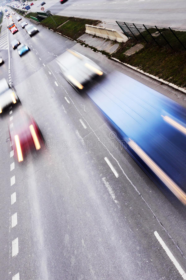 Datenbahn mit Lots Autos lizenzfreie stockfotografie