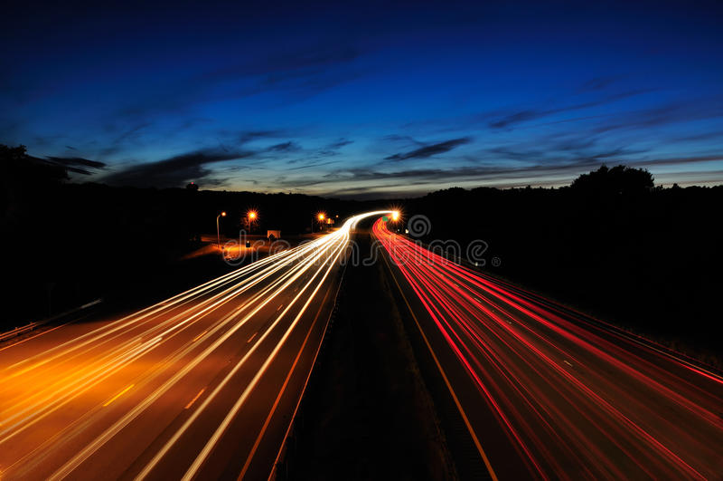 Datenbahn nachts lizenzfreie stockfotografie