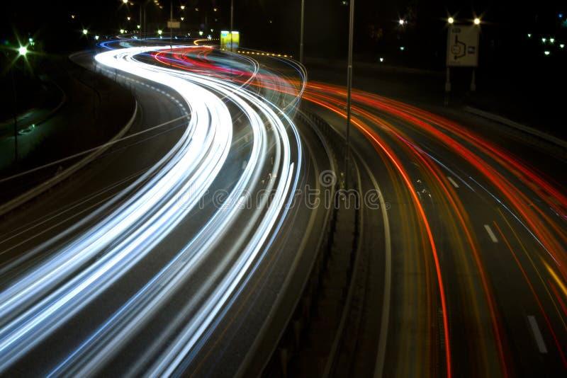 Datenbahn nachts durch Hafen 3 stockbild