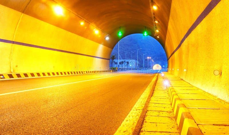 Datenbahn und Tunnel stockbilder