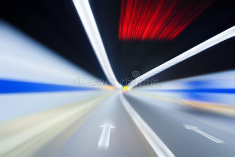 Datenbahntunnel mit der Bewegung blured lizenzfreie stockfotografie