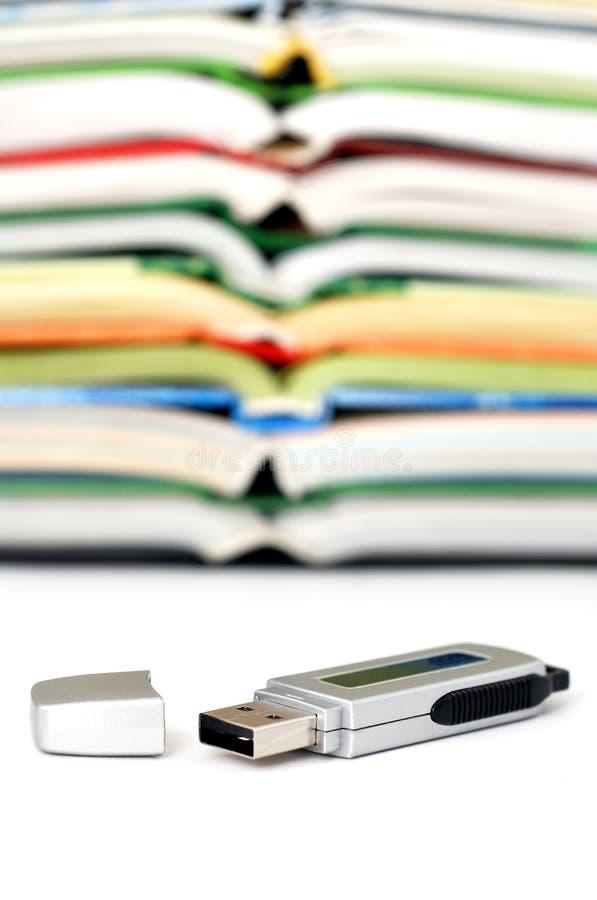 Datenspeicher mit Büchern stockfotografie